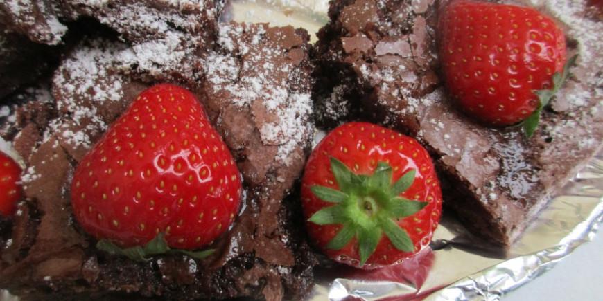 Brownie de chocolate negro con mermelada de fresa sin azúcar común